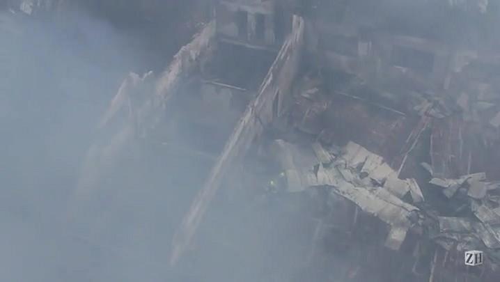 Bombeiros controlam o incêndio que atingiu igreja na zona norte de Porto Alegre