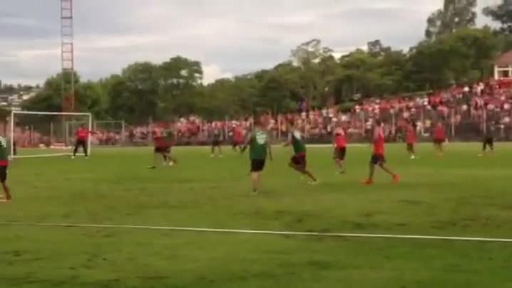 Trabalhos físicos com bola marcam primeiro dia de Diego Aguirre em Bento