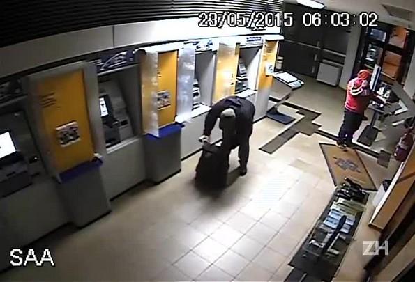 Veja o momento em que três homens atacam agência bancária em Teutônia