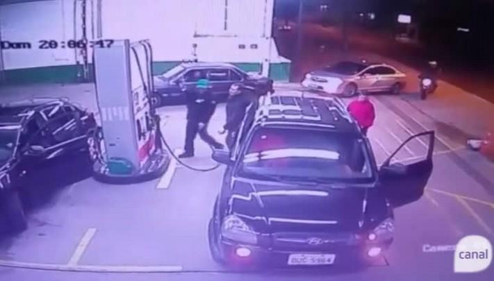 Motorista embriagado invade posto de combustíveis de Caxias