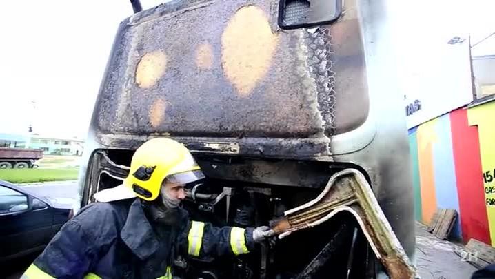 Ônibus pega fogo em Viamão
