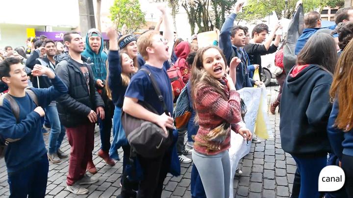 Estudantes de Caxias protestam contra o parcelamento dos salários dos servidores do Estado