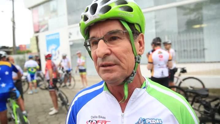 Ciclistas fazem homenagem no velório do jornalista Róger Bitencourt