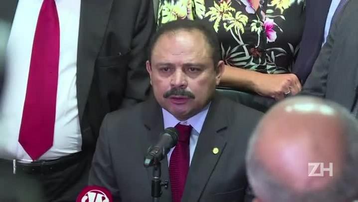 Presidente interino da Câmara revoga decisão polêmica
