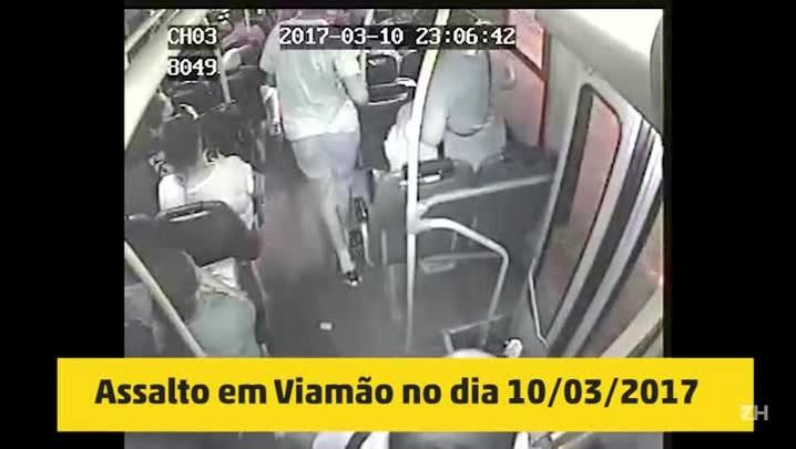 Mãe e filhos assaltam e agridem passageiros de ônibus (10/03/2017)