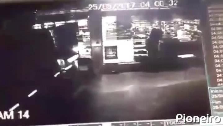 Bandidos arrancam caixa eletrônico de posto de combustíveis em Caxias do Sul