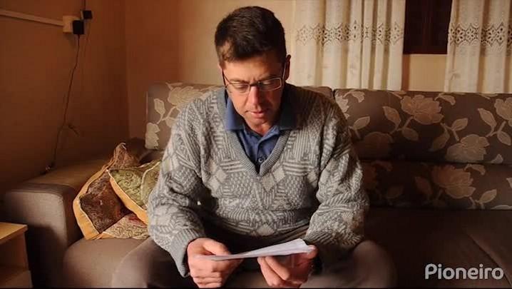 Antônio se emociona ao ler carta que escreveu falando de desemprego