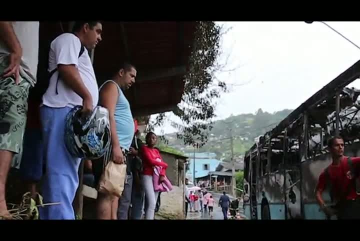 Ônibus queimado na Caieira no Saco dos Limões