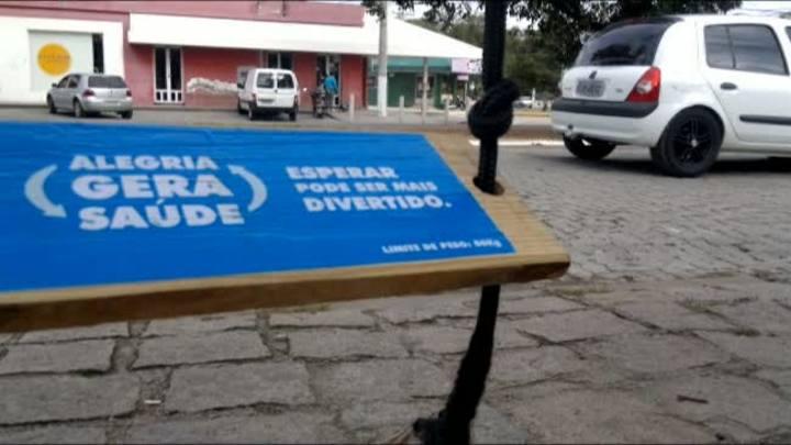 Balanços são postos em paradas de ônibus de Pelotas
