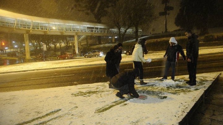Moradores brincam com a neve em Caxias do Sul