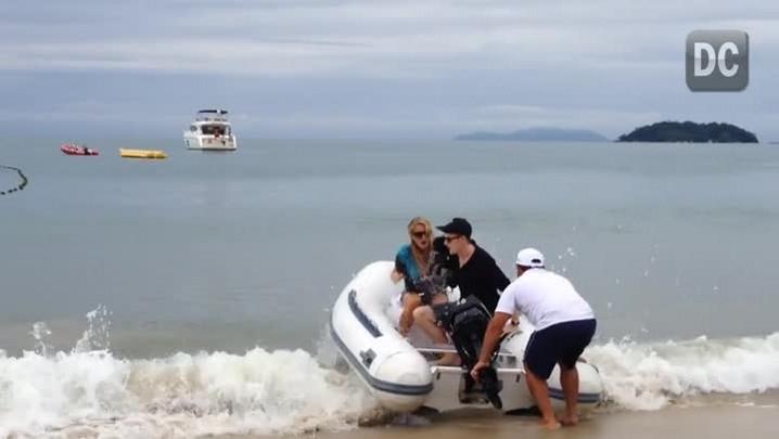 """Paris Hilton toma um \""""banho\"""" no mar antes de passear de barco."""