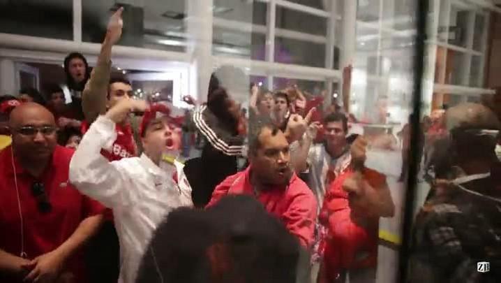 Torcida colorada protesta após derrota para o Figueirense