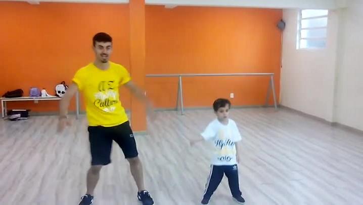 Vídeo de menino de Joinville dançando com o professor faz sucesso na internet