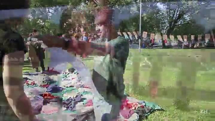 Loja em praça distribui roupas a moradores de rua