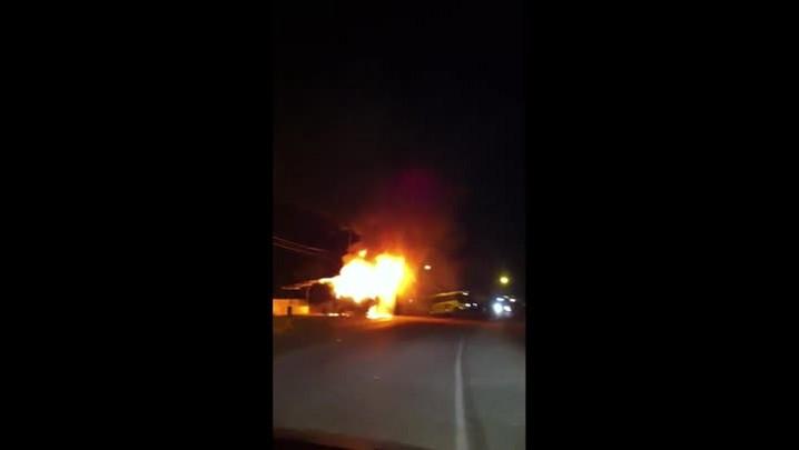 Ônibus é incendiado em Araquari