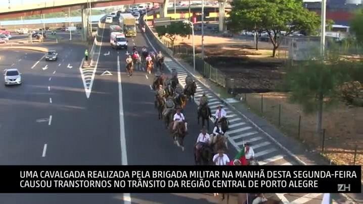 Cavalgada causa congestionamento na entrada de Porto Alegre