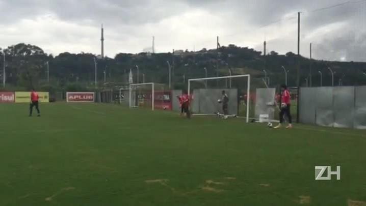 Filho de Argel participa de treino dos goleiros do Inter