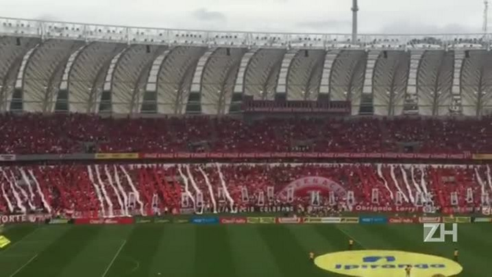 Torcida do Inter recepciona time com símbolo 3D