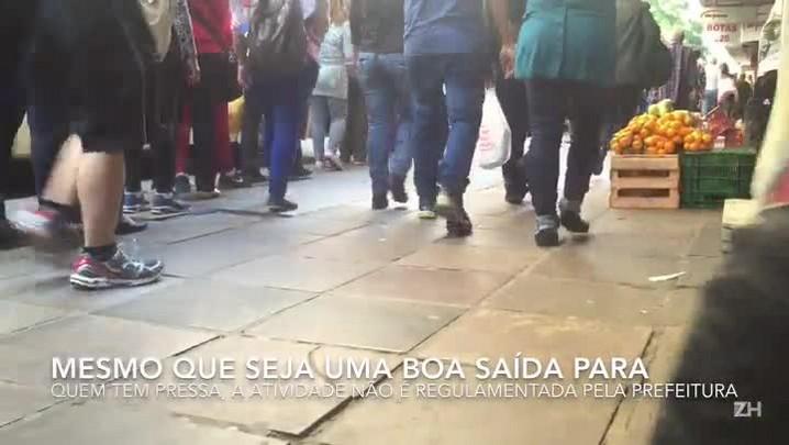 Fruteiras irregulares ocupam parte das calçadas do centro de Porto Alegre