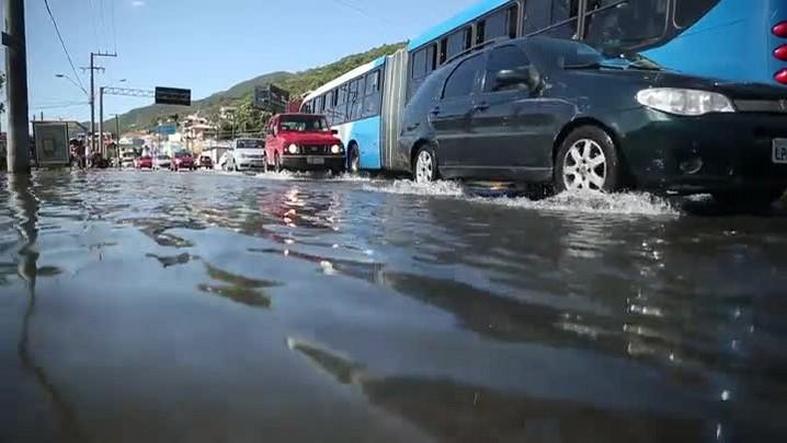 Maré alta alaga o sul da ilha de Florianópolis nesta sexta-feira (28/10/2016)