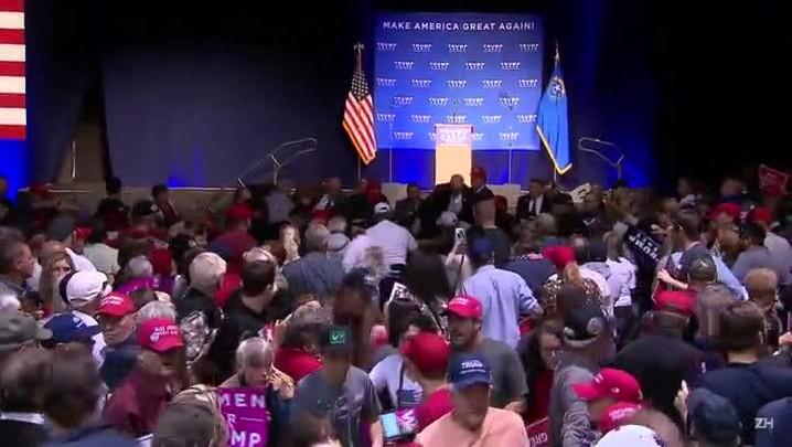 Trump é retirado do palco por falso alerta em Nevada