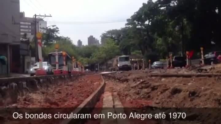Retirada de asfalto na avenida Protásio Alves revela parte histórica de POA: os trilhos do bonde. 23/11/2012