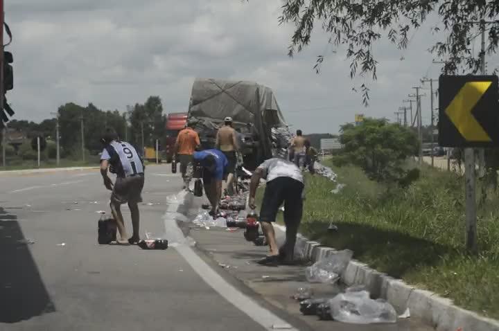 Populares pilham carga de refrigerantes na BR-116