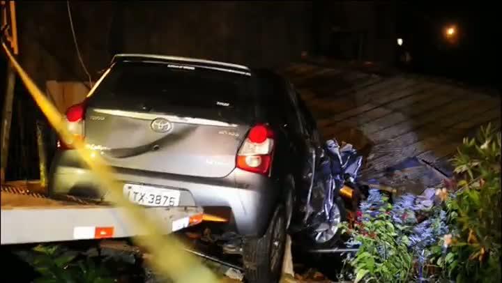 Carro roubado invade casa no bairro Cascata, em Porto Alegre