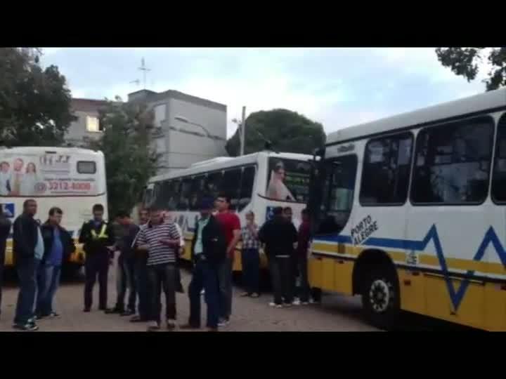 Motoristas e cobradores da linha de ônibus Menino Deus paralisam atividades na manhã de hoje. 14/05/2013