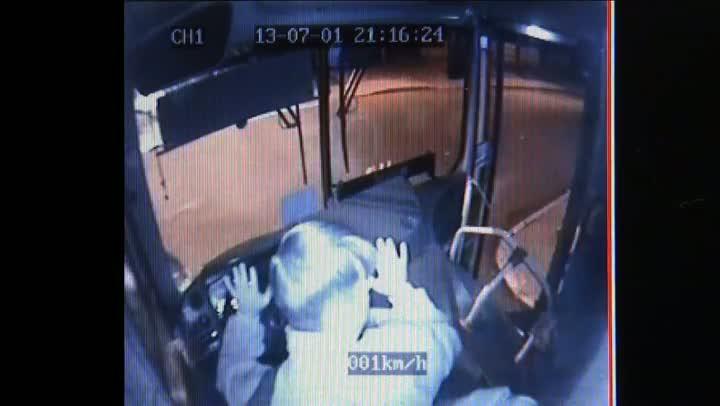 VÍDEO: Imagens mostram ação de quadrilha que roubou ônibus para executar desafeto