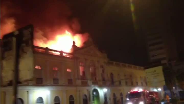 Bombeiros combatem fogo no Mercado Público de Porto Alegre. 06/07/2013