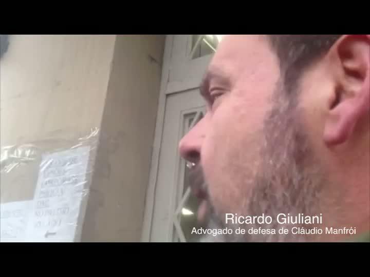 O advogado de defesa de Cláudio Manfrói, Ricardo Giuliani, justifica arma de uso restrito que seu cliente guardava. 13/08/2013