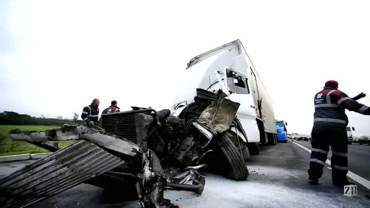 Acidente destrói cabine de caminhão, mas motorista escapa com poucos ferimentos