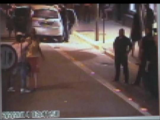 Câmeras flagram homem sendo agredido em frente a bar em Joinville
