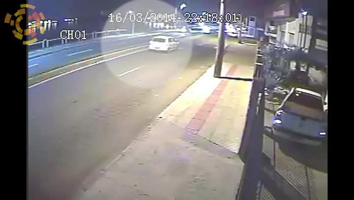Motorista perde o controle e cai com carro no rio Itajaí-Açu, em Itajaí