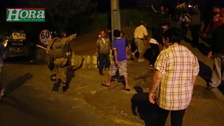 Chegada de duas vans na Ocupação Amarildo causa princípio de confusão