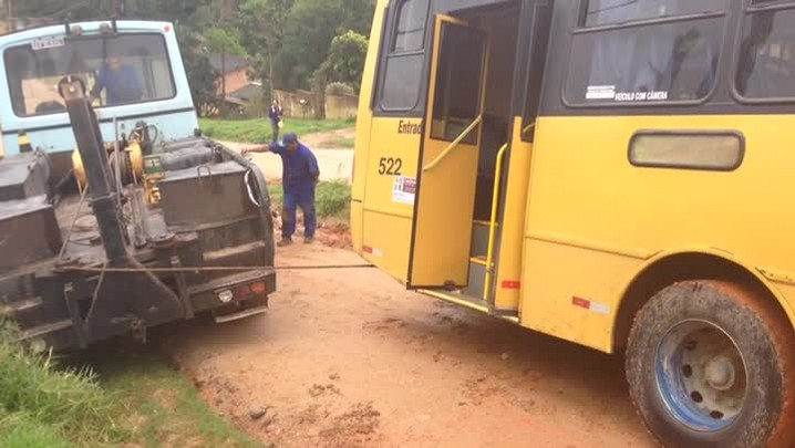 Avenida de Viamão vira atoleiro e armadilha para motoristas desavisados. 04/08/2014