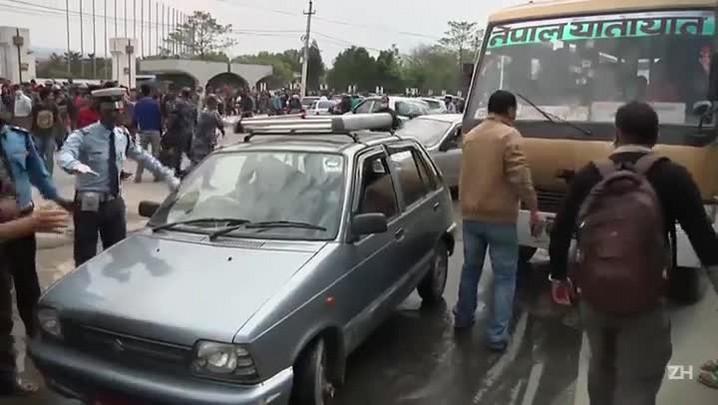 Após terremoto, nepaleses protestam contra atraso em ajuda
