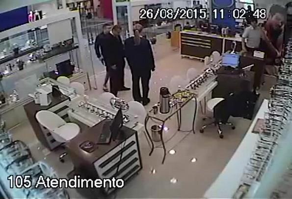 Homem assalta joalheria em shopping de Palhoça