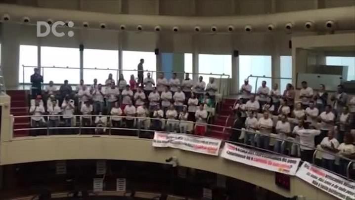 Integrantes da APRASC viram de costas durante votação na CCJ em Florianópolis