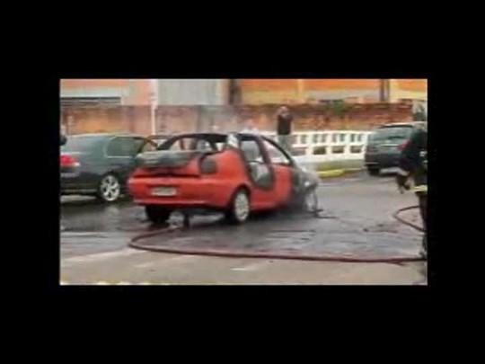 Carro pega fogo na avenida Beira-rio em Joinville