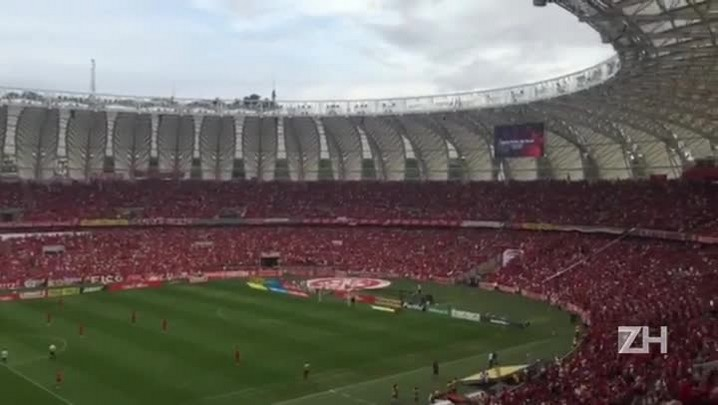 Torcida do Inter aplaude Larry durante um minuto de silêncio