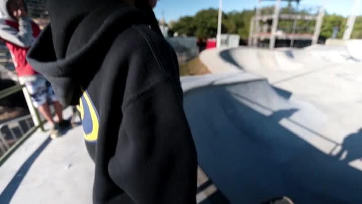 Pedro Carvalho, promessa do skate catarinense, testa pista da Costeira do Pirajubaé