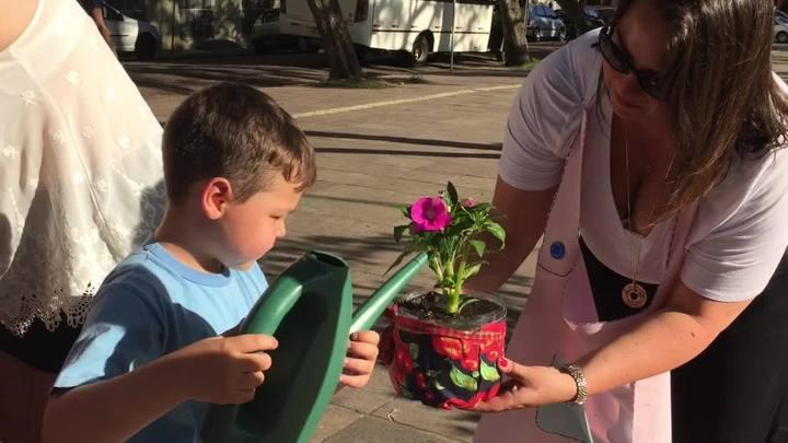 Crianças plantam e deixam flores em praça que fica em frente ao Hospital da Criança Santo Antônio