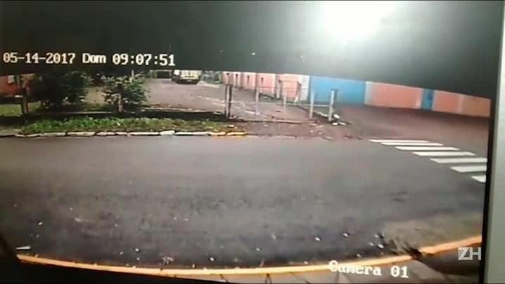 Imagens flagram homem espancando ex-namorada em Três Coroas, no Vale do Paranhana