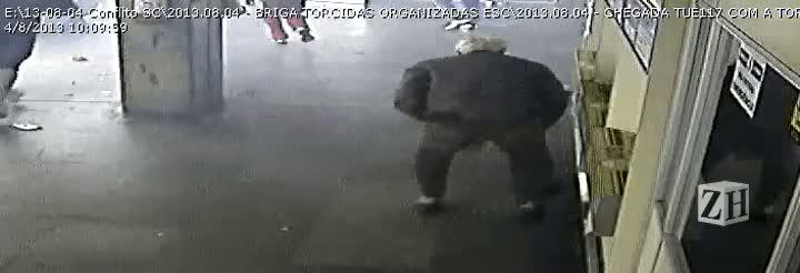 Vídeo mostra idoso sendo derrubado durante confusão entre torcidas