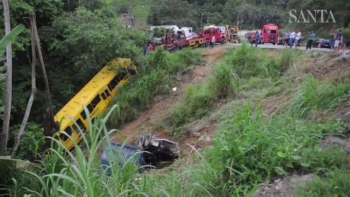 Ônibus é retirado de ribanceira após acidente na SC-108, em Blumenau