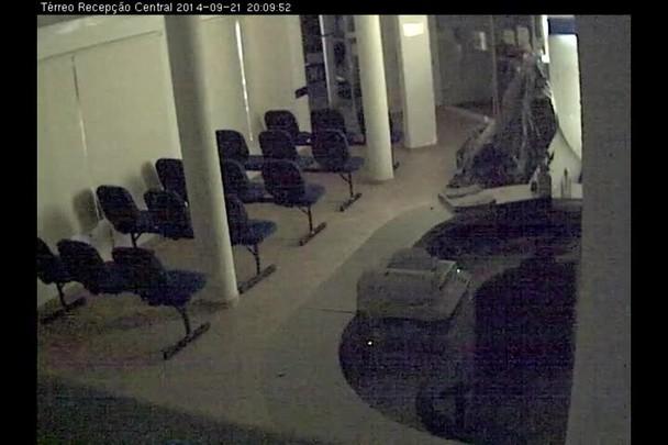 Homens armados roubam caixa eletrônico