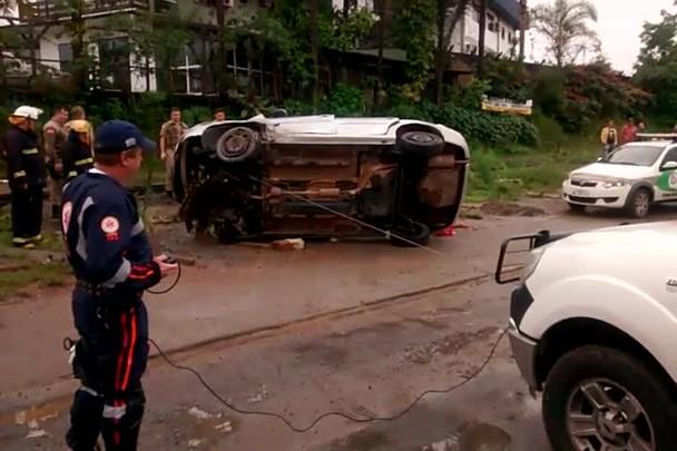 Motorista perde o controle e carro capota em cima de trilho em Joinville