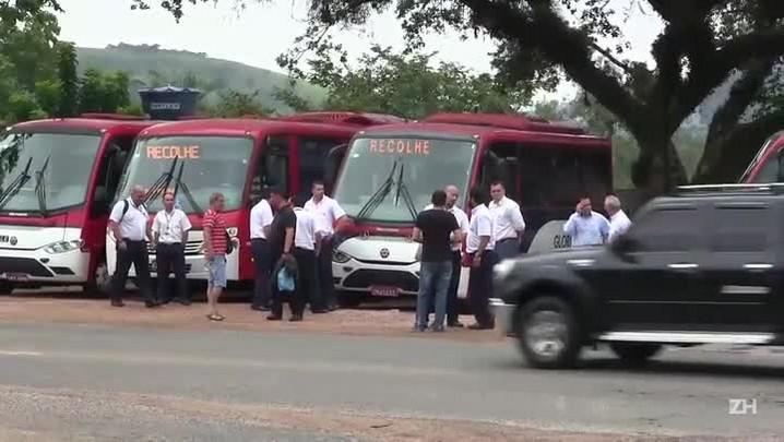 Motoristas de lotação fazem carreata após coletivo ser incendiado em Porto Alegre
